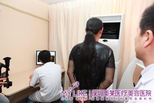 黄安在体验深圳美莱3D模拟成像仪